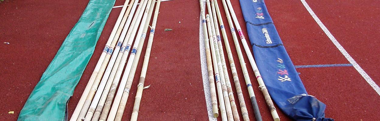 Stabhochsprungstäbe auf dem Sportplatz am Boden liegend